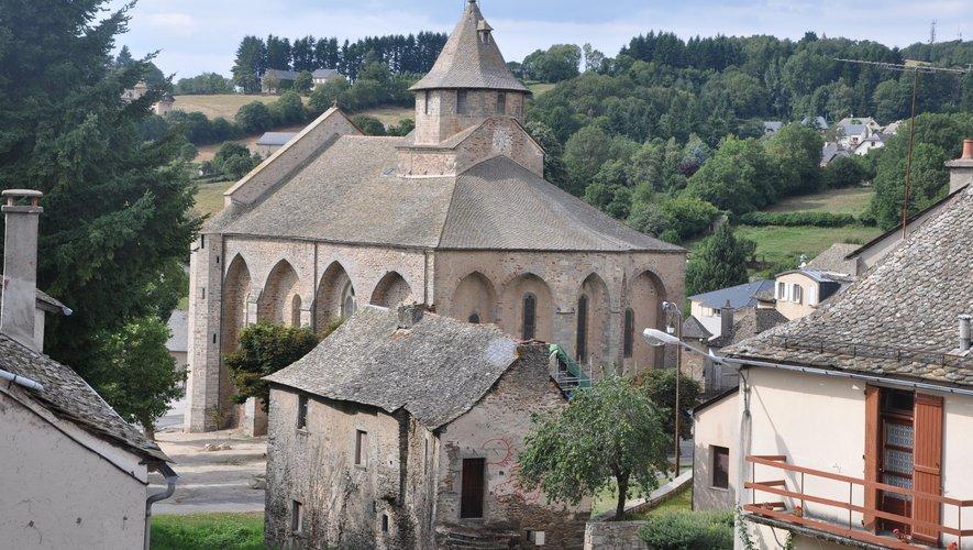 À quelques pas du village tranquille de Rieupeyroux se trouve la chapelle Saint-Jean, qui domine la région. Ici, l'église de la cité.