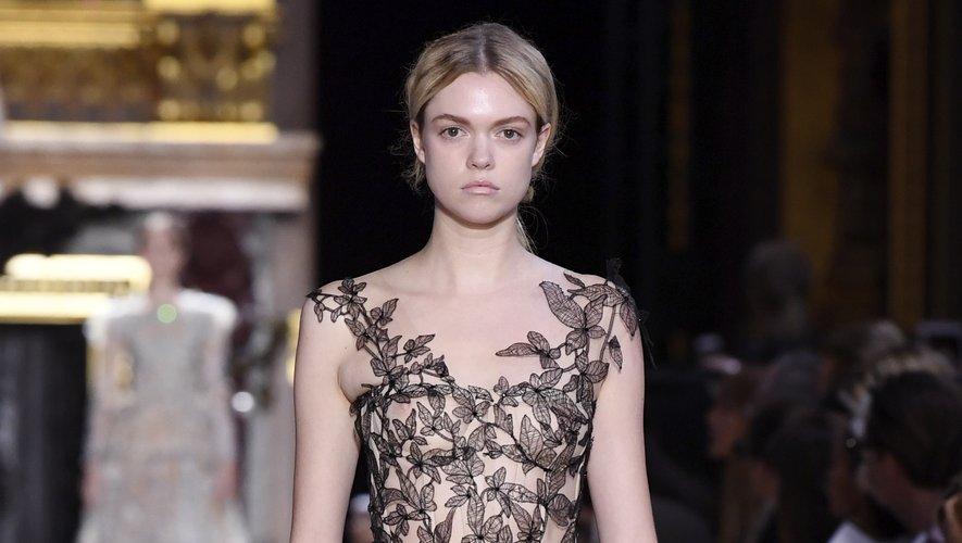 Schiaparelli a imaginé une robe imposante en tulle ornée de broderies délicates que l'on pourrait amplement imaginer sur le red carpet des Oscars. Paris, le 2 juillet 2018.