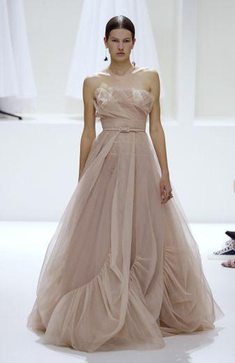 La (fausse) simplicité de cette robe aux détails subtils, d'une élégance rare, en fait une candidate idéale pour les Oscars. Paris, le 2 juillet 2018.