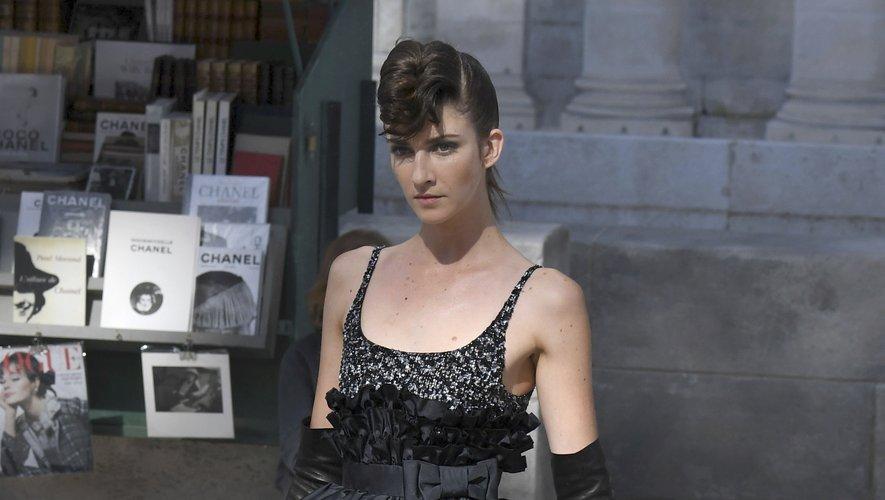 A la fois chic, sophistiquée, et un brin rock, cette robe Chanel devrait figurer sur le tapis rouge d'une grande cérémonie. On imagine d'ailleurs parfaitement l'une des égéries de la maison, Kristen Stewart, la porter. Paris, le 3 juillet 2018.