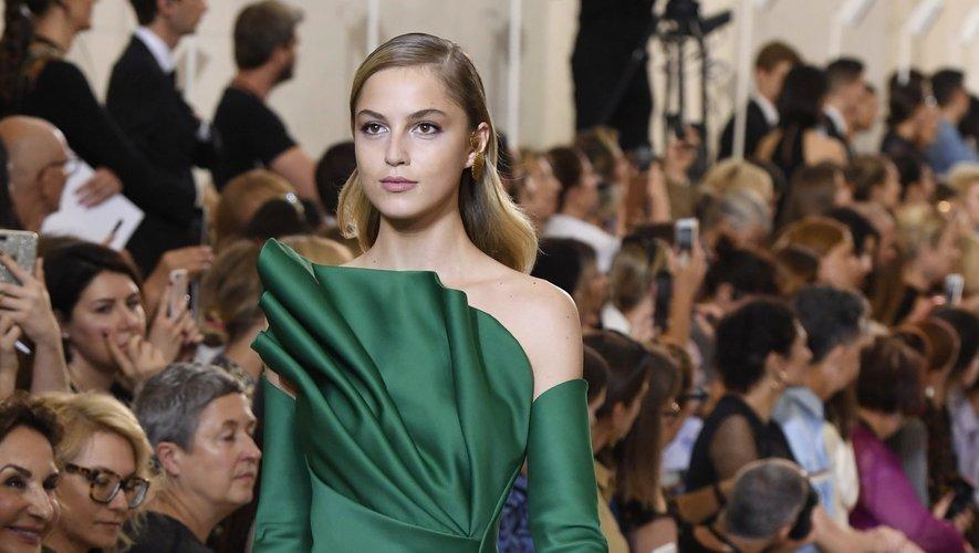 Cette robe Elie Saab, qui semble sculptée sur le corps du mannequin, se distinguera par sa couleur, et son raffinement. Paris, le 4 juillet 2018.