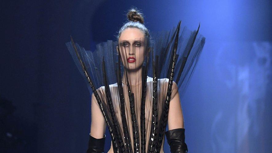 Les plus audacieuses opteront pour ce smoking revisité, à la fois original et élégant, signé Jean Paul Gaultier. Paris, le 4 juillet 2018.