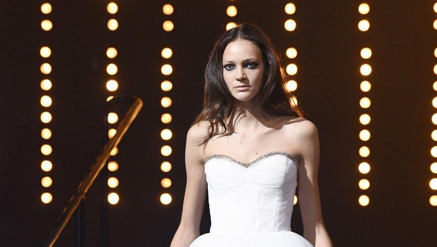 Viktor & Rolf joue aussi la carte de l'élégance et de l'audace avec cette robe blanche aux découpes excentriques. Paris, le 4 juillet 2018.
