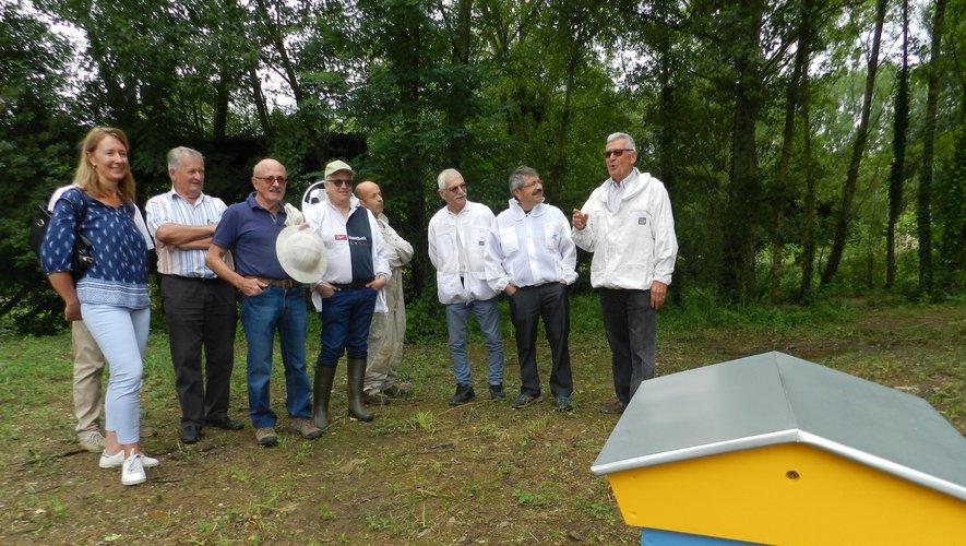 Les apiculteurs et les élus ont expliqué, hier matin, les objectifs poursuivis avec ce rucher santé.