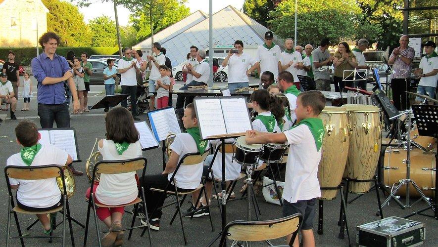 Enfants, musiciens, chef d'orchestre et public ont célébré la fête de la musique.