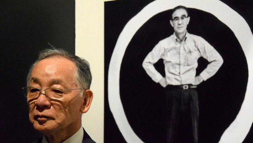 Mino Yutaka devant un portrait de Yoshihara Jirô, le chef de file du mouvement gutai.