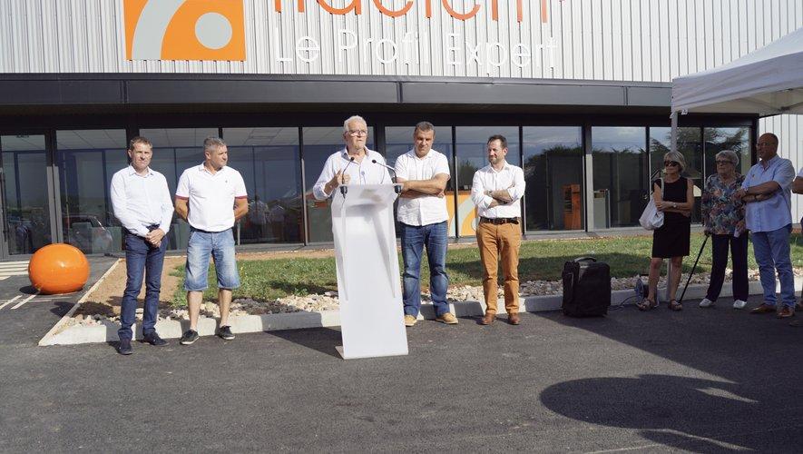 Les dirigeants de l'entreprise (à droite) aux côtés du maire et des pilotes (à gauche).