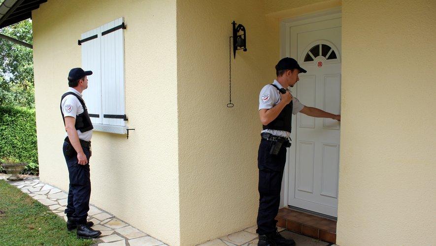 Les policiers vérifient que tout est bien fermé et qu'il n'y a rien d'anormal.