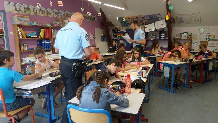 Des élèves intéressés et appliqués dans cette épreuve.