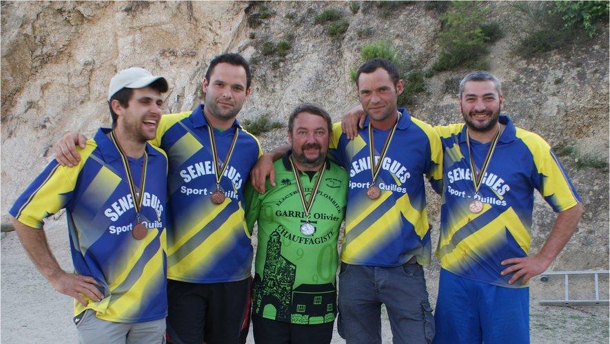 Quatre Sénerguois et Bruno qui a tombé ses premières quilles à Sénergues.