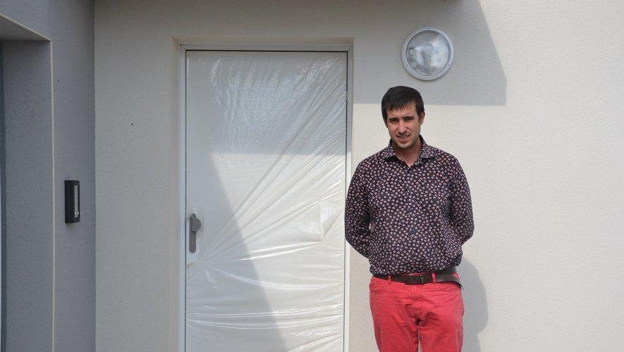 Le président de l'AFR, Cédric Leroux, devant l'entrée de la micro-crèche.