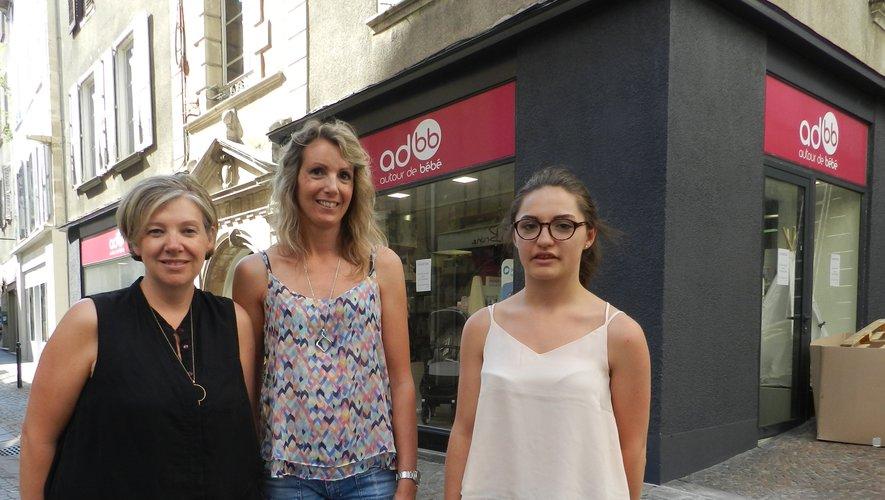 Katia Carles, avec deux de ses employées, devant son nouveau magasin Autour de bébé.