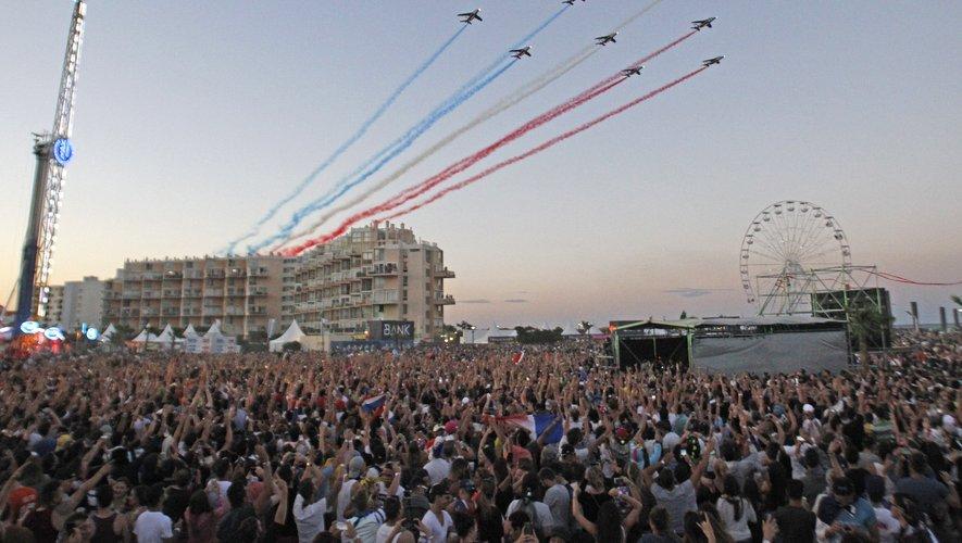 """Signalons également de spectaculaires animations pyrotechniques et une tyrolienne de 100 m, qui permet aux courageux de """"survoler"""" les 40.000 à 60.000 spectateurs de la grande scène."""