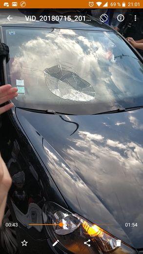 Un des pare-brises cassés (Photo DR Alexis Compain Ghostaunt)