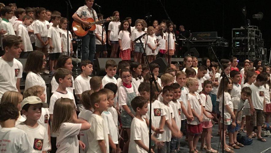 Le chanteur originaire du Lot-et-Garonne était entouré d'une centaine d'enfants, sur la scène de l'amphithéâtre, hier après-midi.