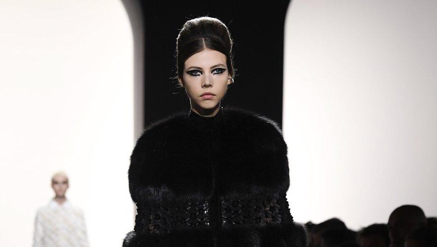 Léa Julian est la top qui a le plus défilé entre juin 2017 et mai 2018, et a bien débuté la nouvelle saison avec plusieurs shows haute couture à son actif, dont le défilé Fendi Couture.