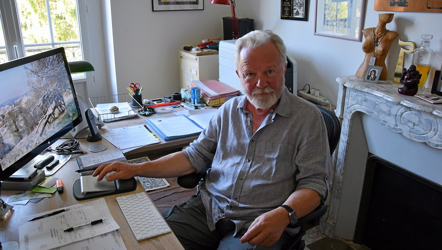 Peter May, dans le bureau de sa maison lotoise. Au mur, sont accrochées de nombreuses distinctions récoltées tout au long de sa longue carrière d'écrivain et de journaliste.