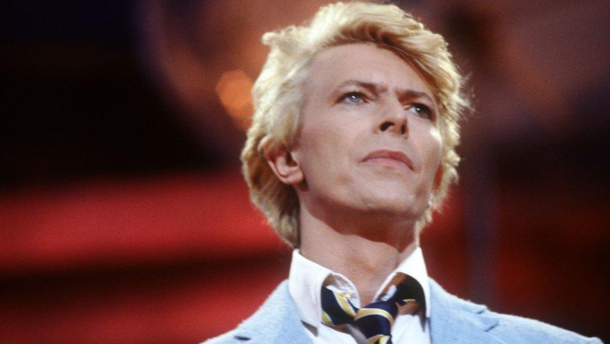 """Le morceau, intitulé """"I Never Dreamed"""", a été enregistré dans un studio en 1963 par le groupe The Konrads qui a demandé à Bowie, dont le nom de scène était alors son nom de naissance, David Jones, de chanter."""