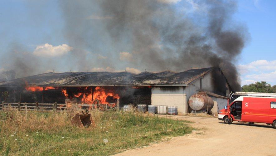 Un bâtiment agricole part en fumée à Sénergues