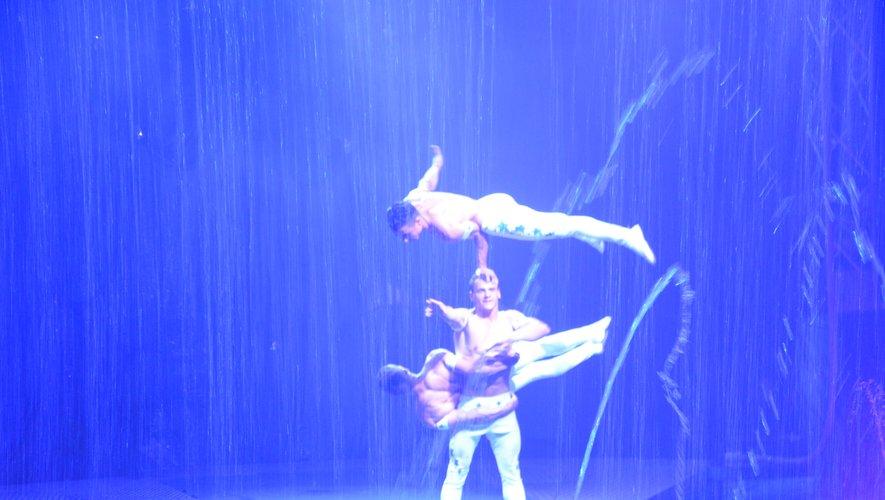 Les prouesses d'un trio acrobatique.