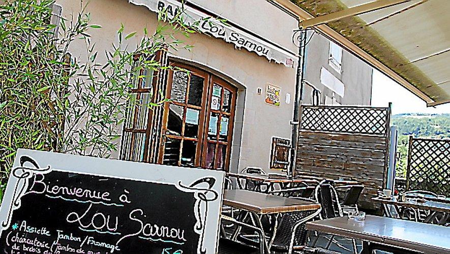 Le bar-restaurant Lou Sarnou participe à faire vivre le village toute l'année.