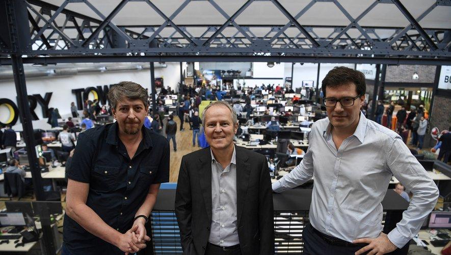 Yves Guillemot d'Ubisoft au milieu de Stephane Beley (gauche) et Ahmed Boukhelif, les fondateurs du studio de développement français Ivory Tower