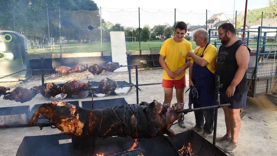 Le président de l'amicale surveille la bonne cuisson du cochon et des jambons.