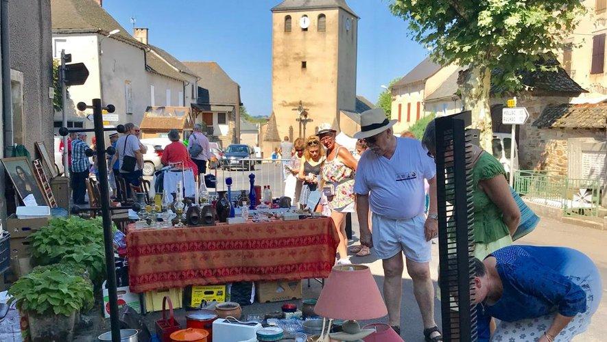 Les exposants du vide-greniersont animé les rues du village.