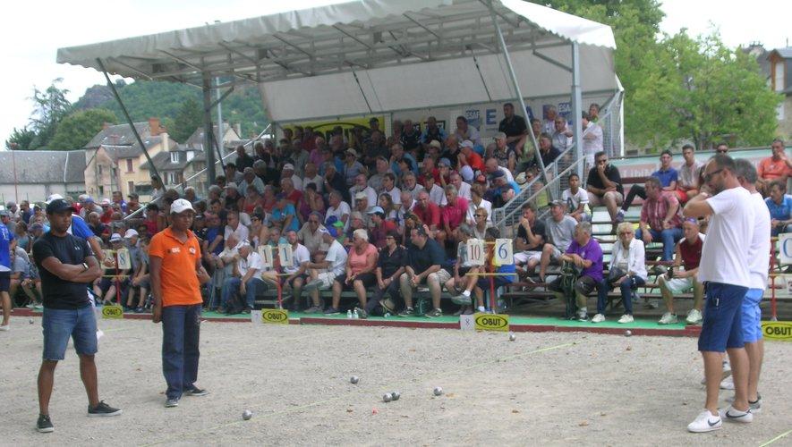 Le public, installé dans les tribunes, suit avec intérêt les parties.