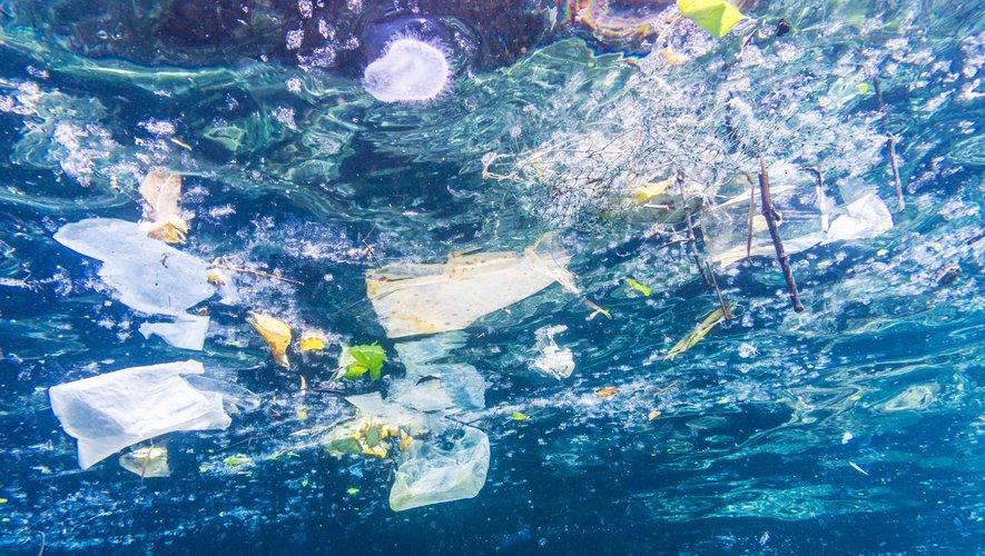 """""""Si les sacs plastiques étaient attachés ensemble, ils pourraient entourer la planète sept fois toutes les heures"""", avance le rapport."""
