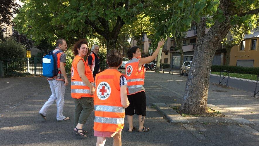 Les bénévoles font le tour des jardins et squares ruthénois à la recherche de personnes en difficulté.