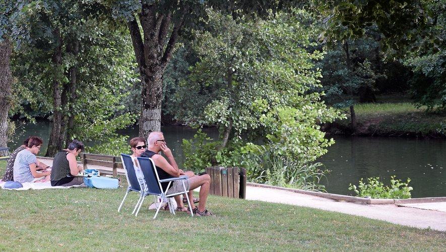 Canicule. Les Ruthénois cherchent de l'ombre, au parc... ou chez eux !