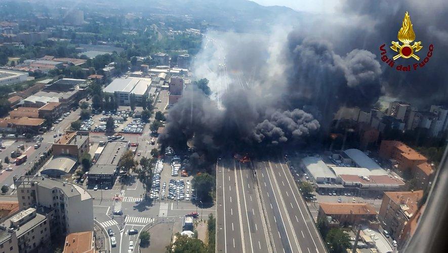 Des images diffusées par les pompiers montraient une grosse colonne de fumée noire s'élevant au-dessus de la carcasse du camion et de voitures en flammes.