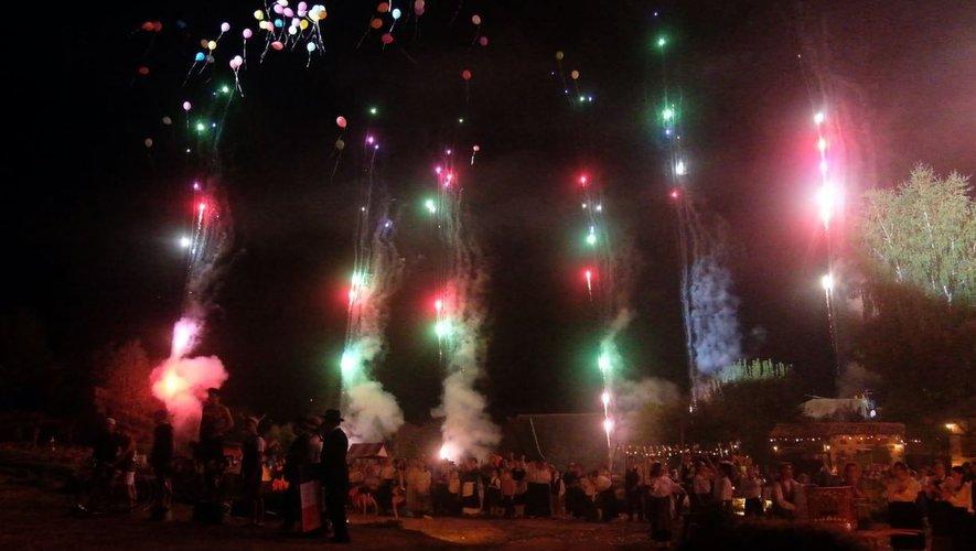 Le spectacle s'est clôturé,  lundi soir, sur un feu d'artifice et un lâcher de ballons.
