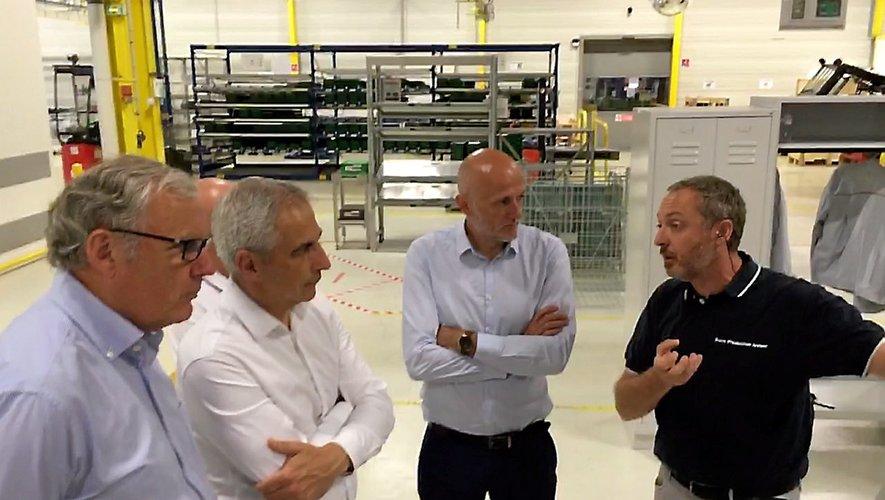 Jean-Luc Fugit, en compagnie de Stéphane Mazars, a visité l'usine avec le directeur Olivier Pasquesoone.