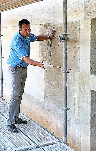 Dominique Vermorel, à la tête d'une cinquantaine d'ouvriers contrôle l'avancement des travaux.