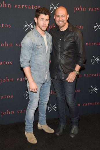 Nick Jonas et John Varvatos, lors de la présentation de JV x NJ le 8 août à New York.