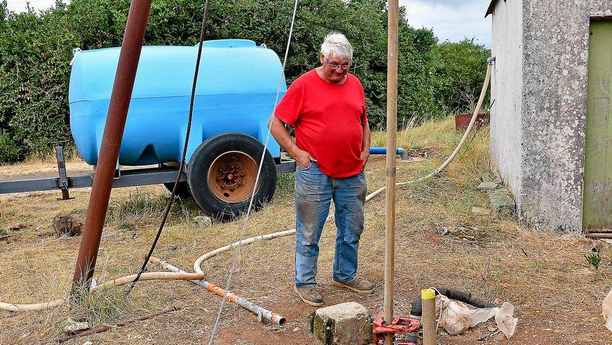 Depuis fin mai, Alain Alla alimente a coups de citernes de 5 000 lle réservoir d'eau des fermes.