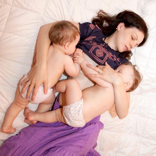 Jumeaux : faut-il les allaiter ensemble ?