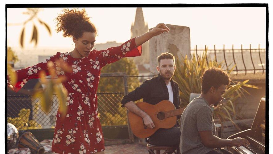 La pétillante Izzy Bizu nouvelle égérie H&M Divided.