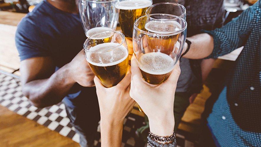 En comparaison avec les amateurs de beuveries occasionnelles, les gros buveurs masculins enregistrent une tension artérielle systolique plus forte et plus de cholestérol.