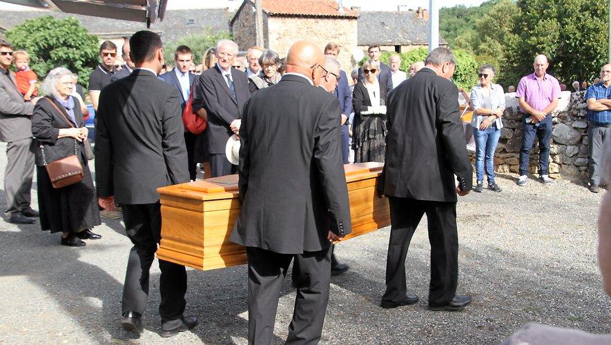 Le cercueil d'Hubert Bouyssière entouré des siens arrivant à la petite église de Saint-Martial. JPC.