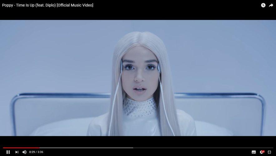 """Poppy dans son nouveau clip """"Time Is Up"""" en collaboration avec Diplo."""