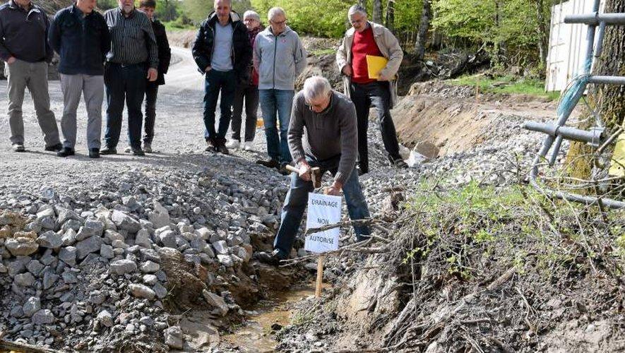 Le collectif a planté une pancarte «Drainage non autorisé» sur feu l'ancienne tourbière du Moulinou.