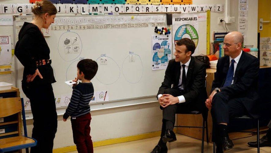 Emmanuel Macron et Jean-Michel Blanquer dans une école parisienne le 27 mars 2018