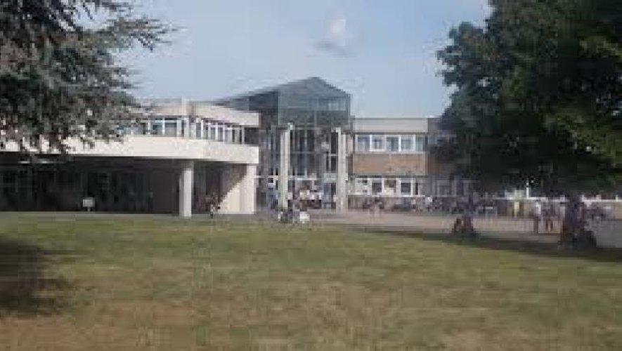 Le collège La Ponétie est situé au 40 avenue du Général Leclerc, à Aurillac
