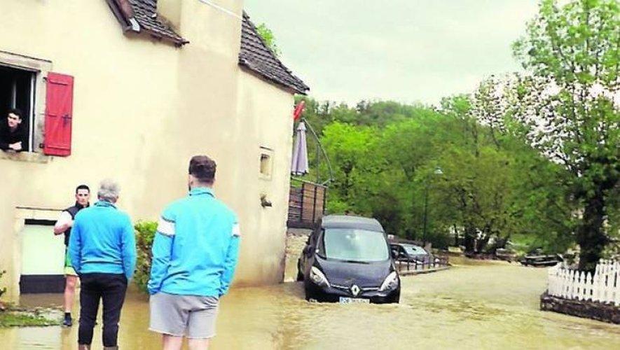Quatre voitures ont été emportées et des maisons inondées par la vague d'eau qui a frappé, hier soir, le bas du village de Saint-Rémy.