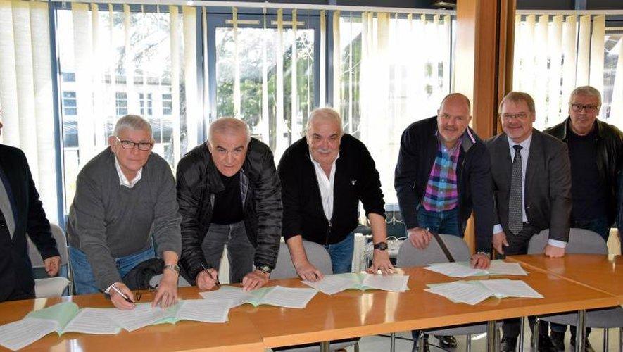 Les représentants des différents clubs et Didier Chambon (à droite), proviseur du lycée Monteil.