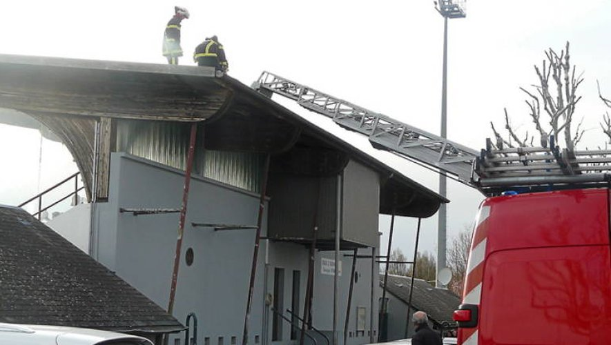 Onet: le vent menace la tribune d'un stade en plein match!