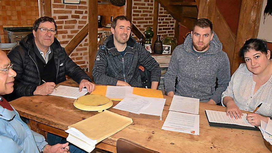 Les partenaires lors de la signature à Vimenet.
